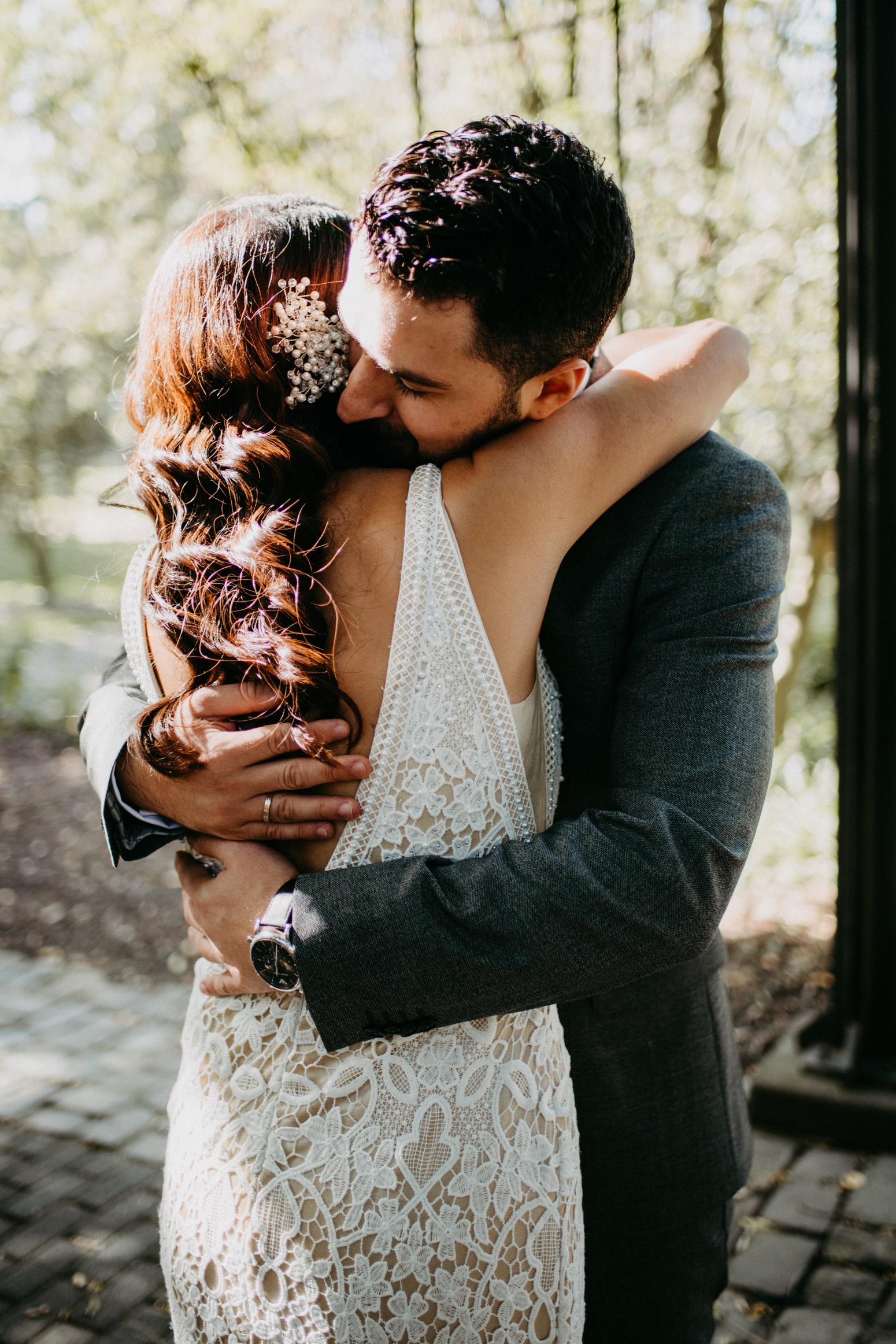 Bräutigam umarmt seine Braut beim Brautpaarshooting am Schloss Broich