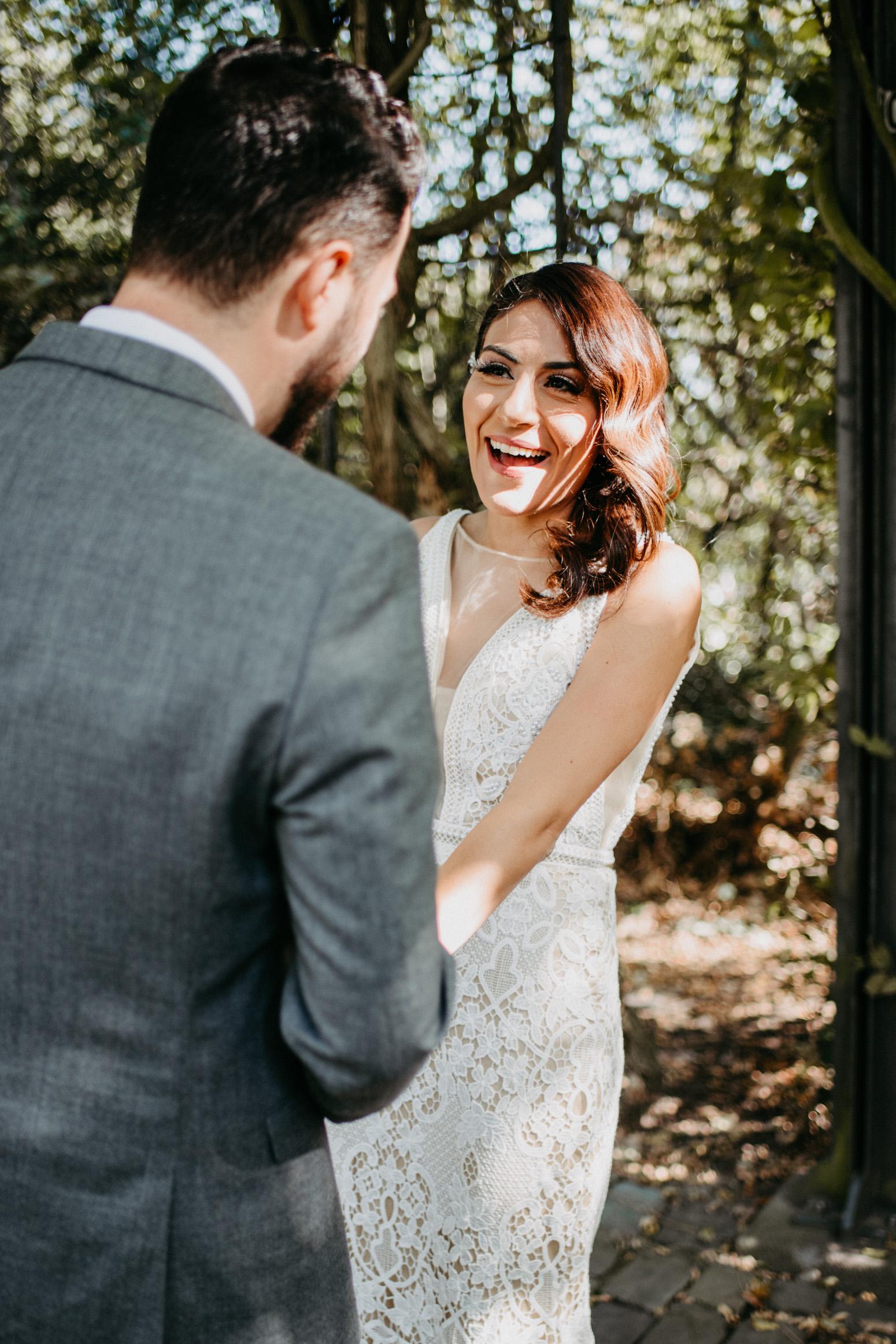lachende Braut beim Brautpaarshooting am Schloss Broich, mit der Hochzeitsfotografin Daria Becker