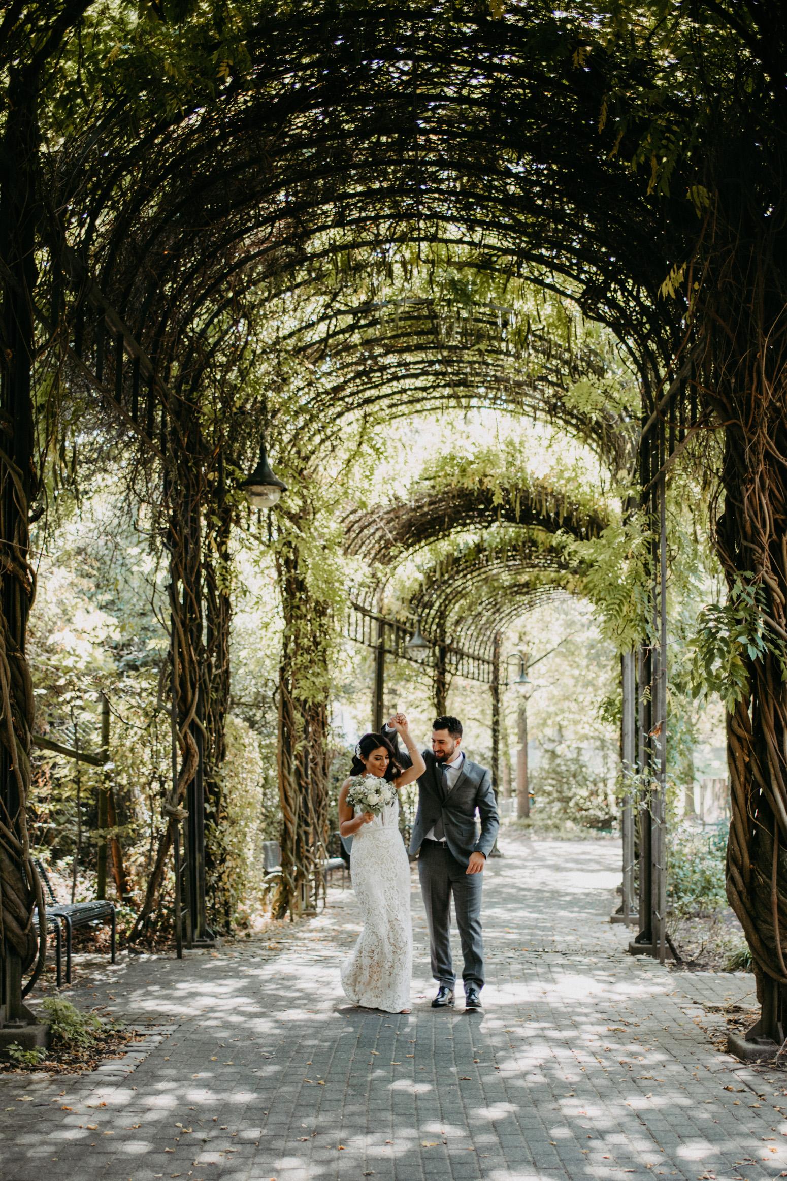 tanzendes Brautpaar im Park am Schloss Broich in Mülheim an der Ruhr, Foto von Genuine Bonds, Daria Becker