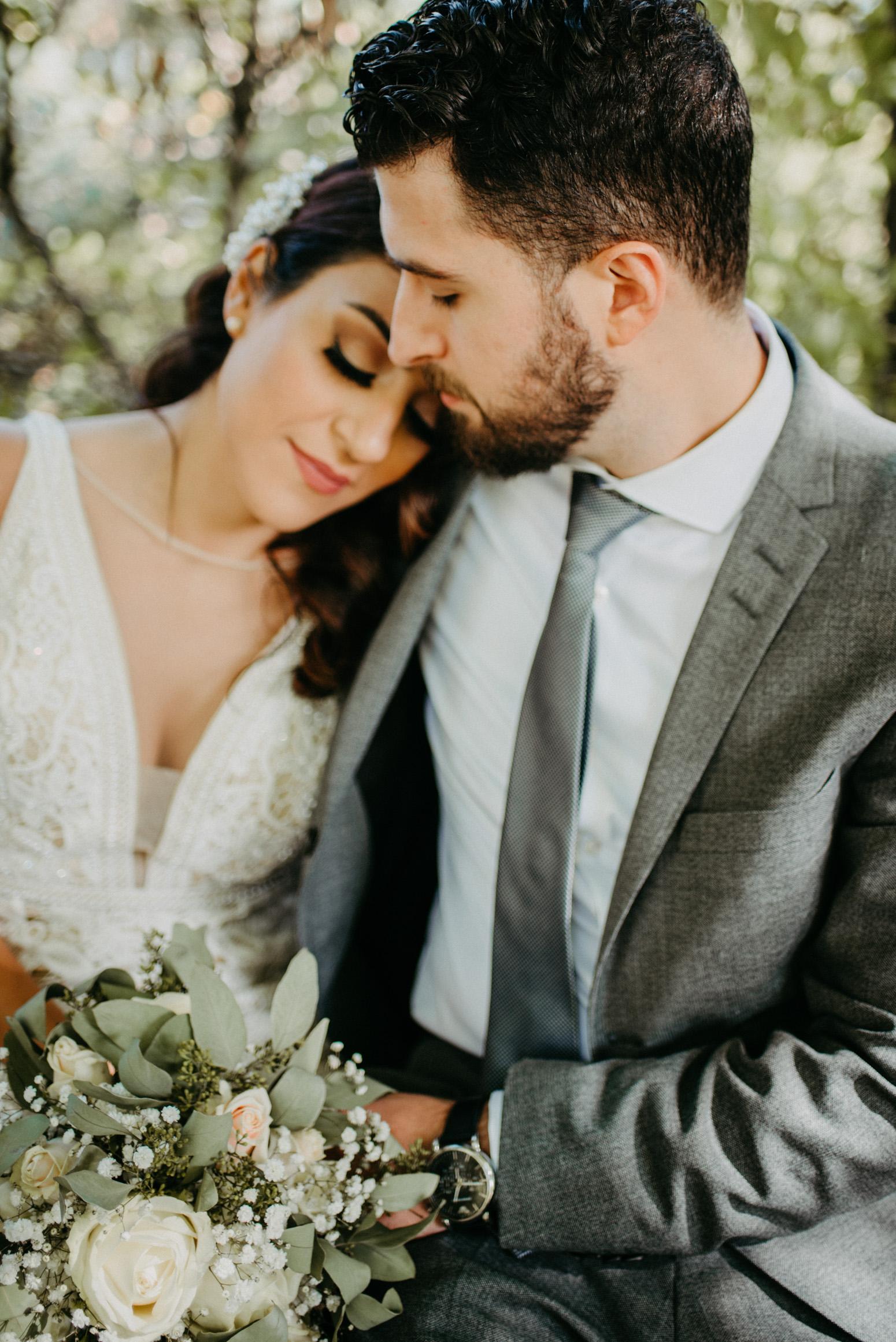 Braut kuschelt sich an ihren Mann beim brautpaarshooting in Mülheim an der Ruhr
