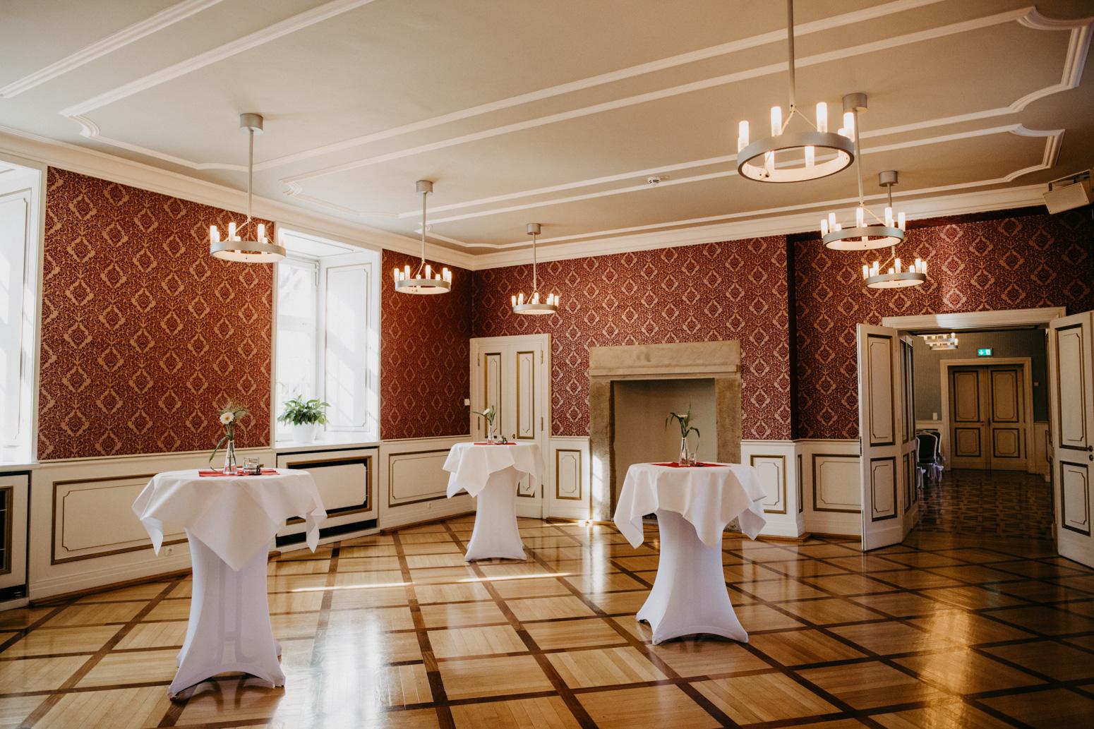 Standesamt Vorraum mit Stehtischen im Schloss Broich