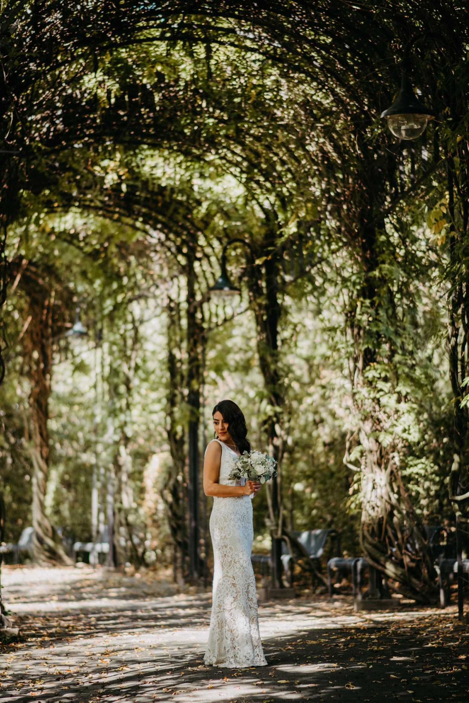 elegante Braut im Park am Schloss Broich, fotografiert von Daria Becker von Genuine Bonds