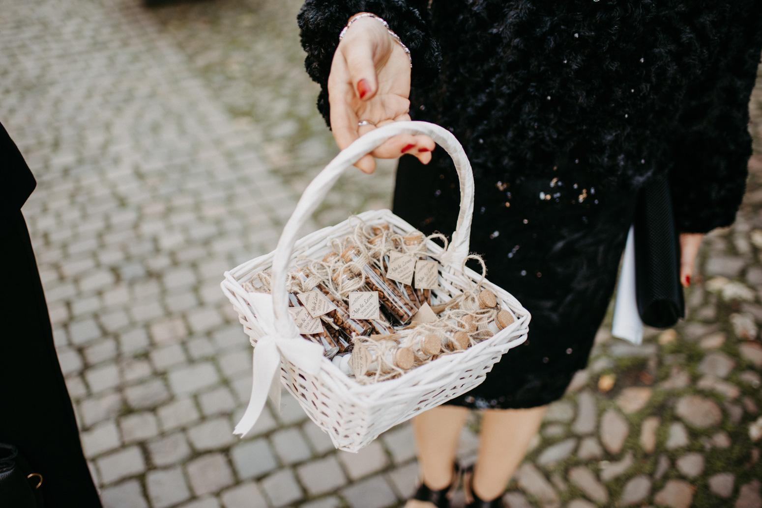 Korb mit Süßigkeiten bei einer standesamtlichen Trauung im Schloss Broich