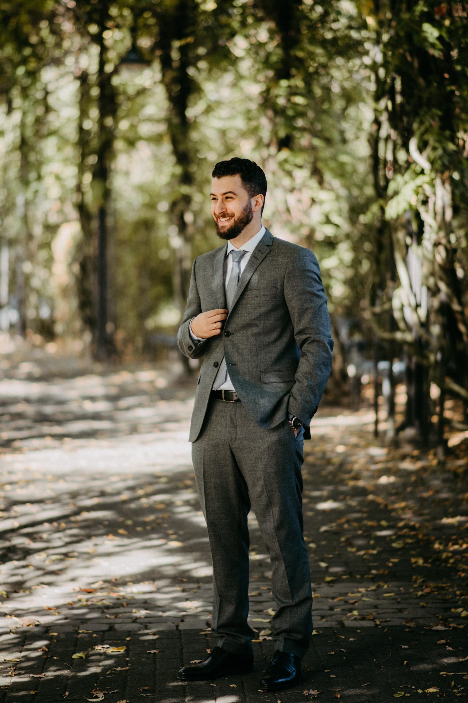 Portrait vom Bräutigam beim Brautpaarshooting, Genuine Bonds