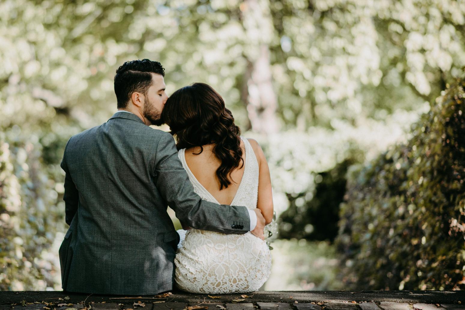 Paar kuschelt beim Brautpaarshooting im Park vom Schloss Broich, Foto von Daria Becker